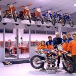 Sesti in visita al team KTM De Carli